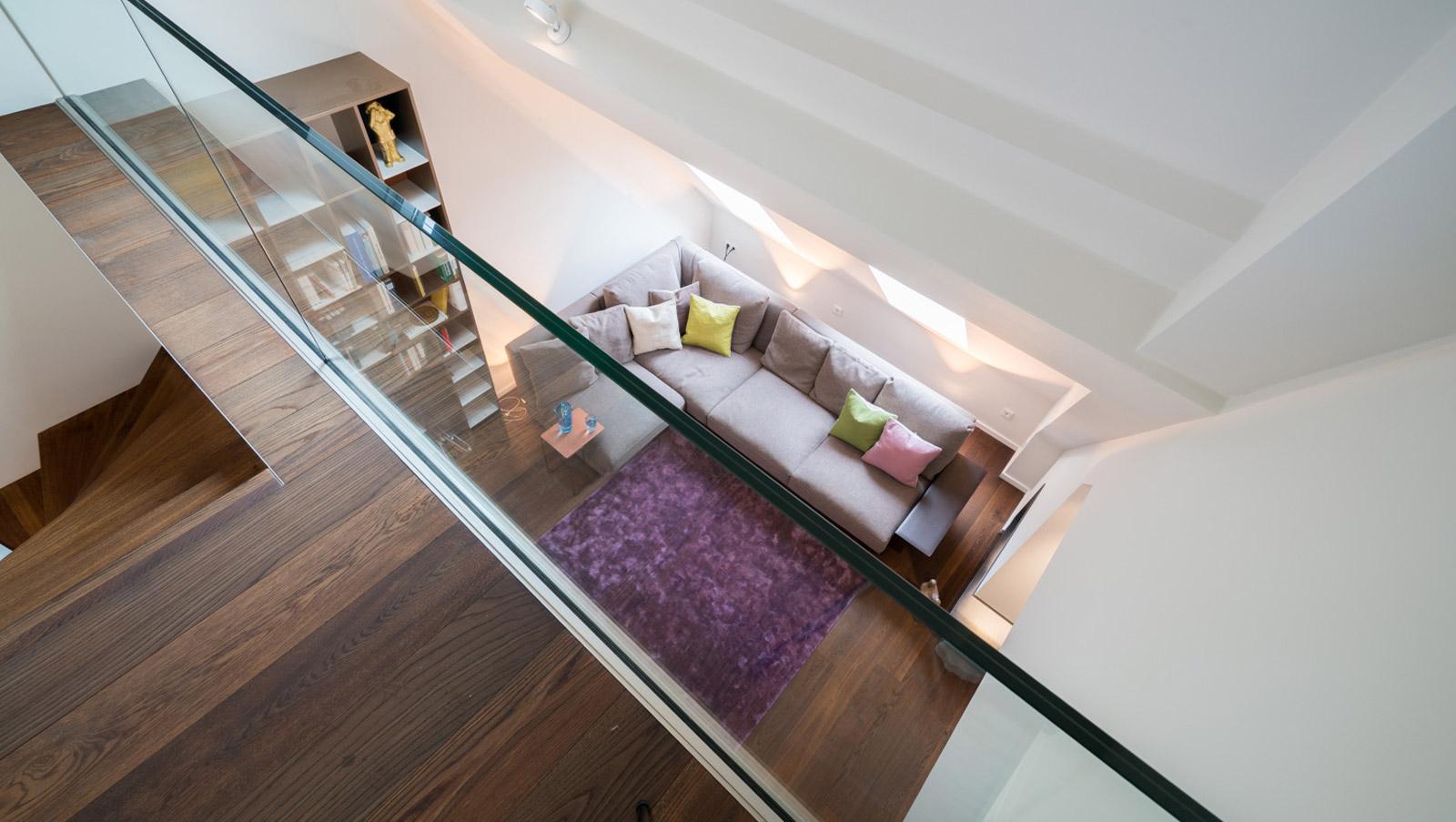 Das Wohnzimmer Von Der Galerie Aus Betrachtet.